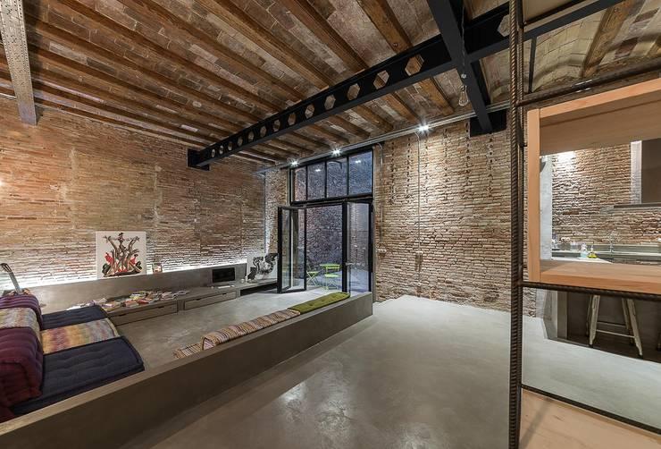 Salón vivienda Poble Sec: Salones de estilo  de N.A. Construcción