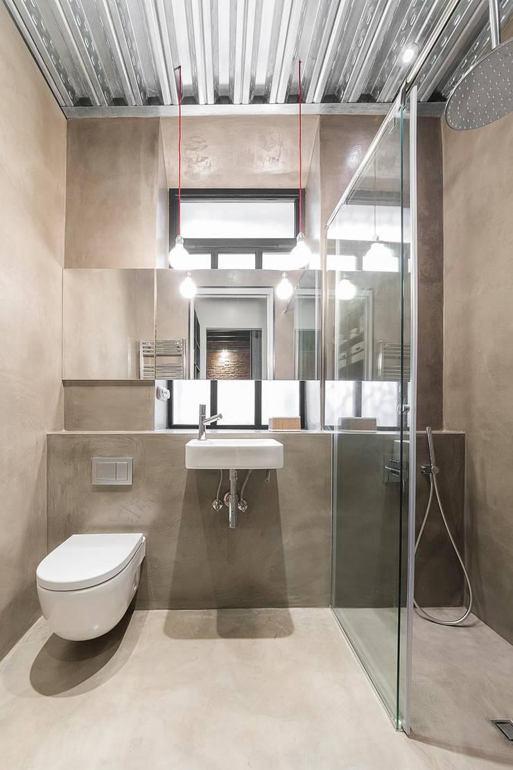 Baño vivienda Poble Sec: Baños de estilo  de N.A. Construcción