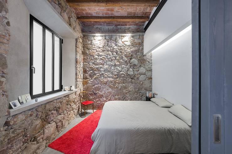 Dormitorio invitados vivienda Poble Sec: Dormitorios de estilo  de N.A. Construcción
