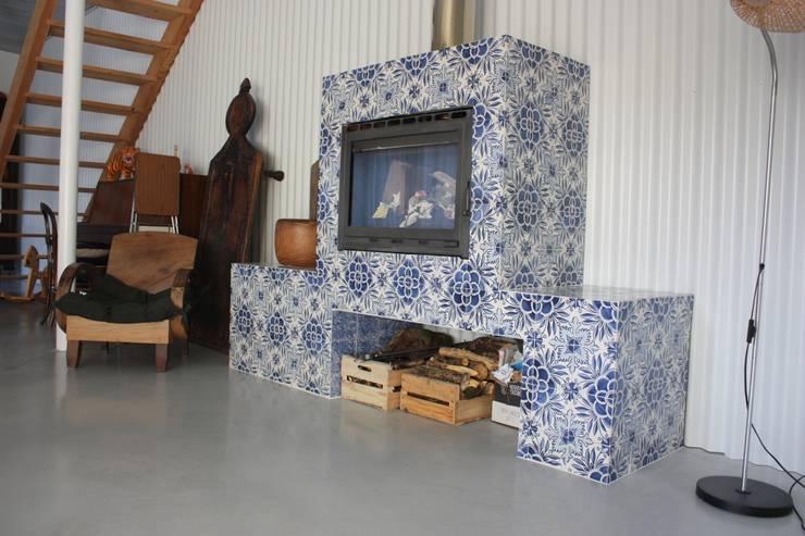 Lareira forrada a azulejos: Salas de estar  por Sant'Anna