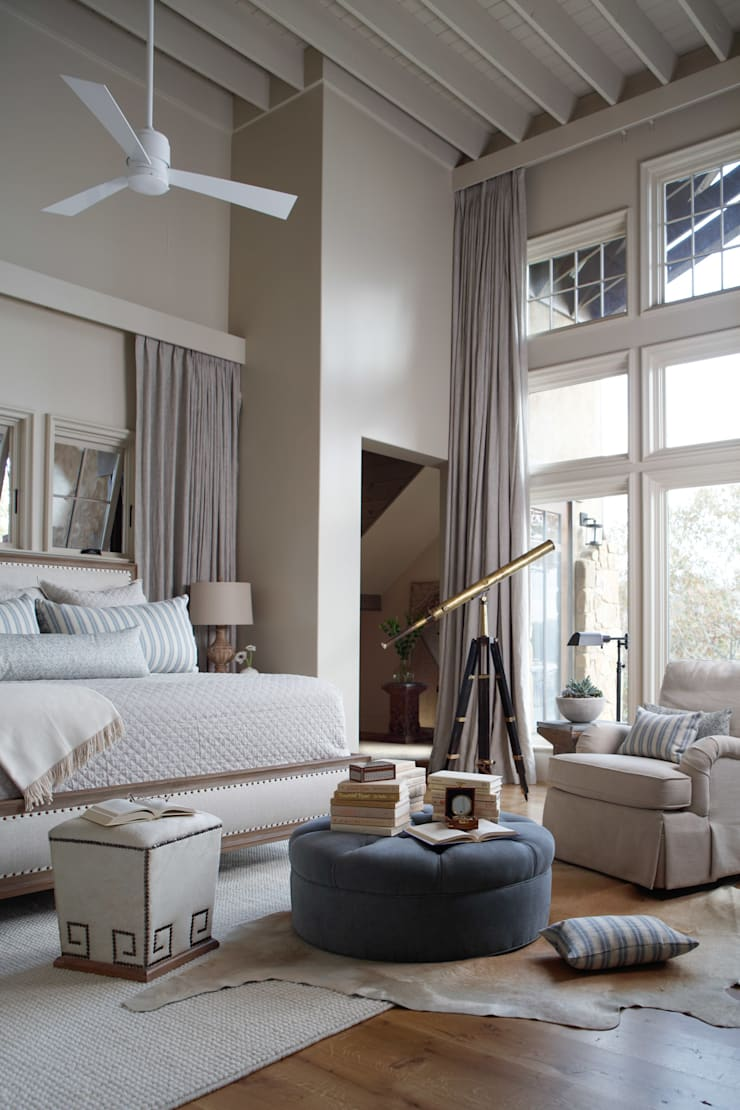 Lakefront Retreat:  Bedroom by Christopher Architecture & Interiors
