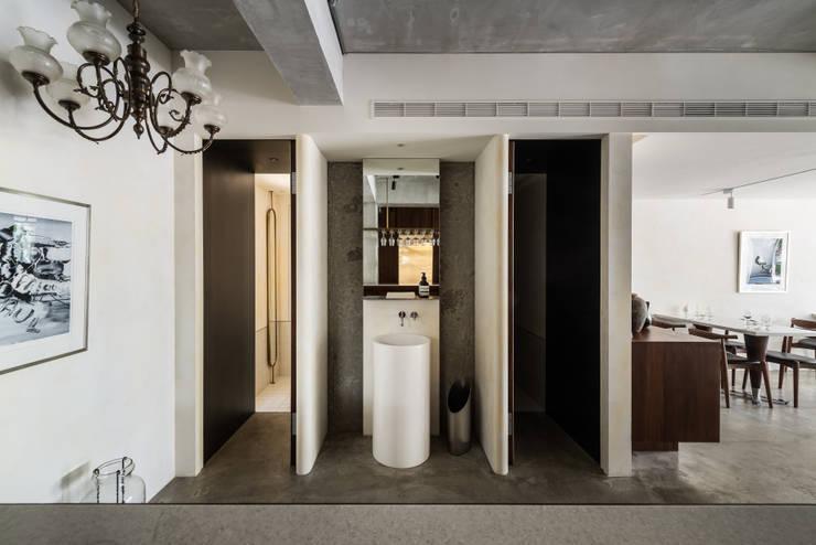 Toilet:  酒吧&夜店 by 鄭士傑室內設計