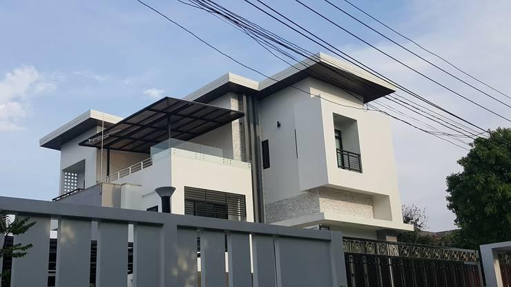 บ้านเดี่ยว 3 ชั้น:  ระเบียง, นอกชาน by Adapstudio