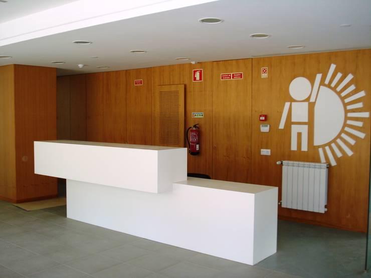 """Edifício """"AAJUDE – Associação de Apoio à Juventude Deficiente"""": Escolas  por Albertina Oliveira-Arquitetura Unipessoal Lda"""