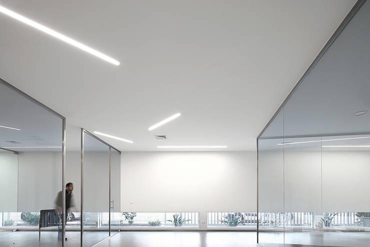 """Edifício Industrial """"CAAP – Serralharia"""": Lojas e espaços comerciais  por Albertina Oliveira-Arquitetura Unipessoal Lda"""