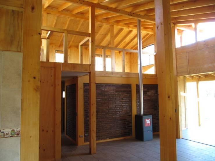 Estudios y oficinas de estilo rústico por Proyecto ARQ