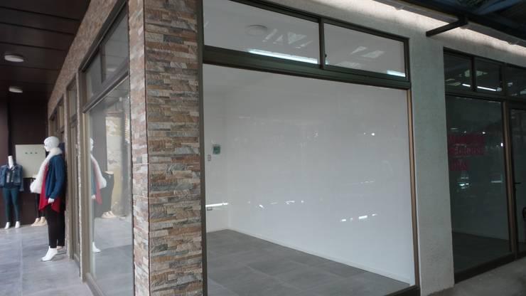 Centro Comercial 14: Centros Comerciales de estilo  por Inmobiliaria C & P