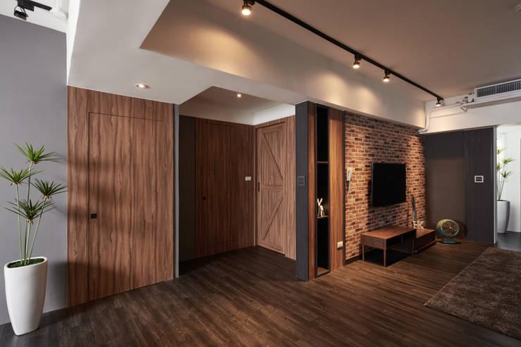 Salones de estilo  de 合觀設計, Industrial