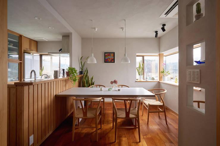 食堂: 竹内建築設計事務所が手掛けたダイニングです。