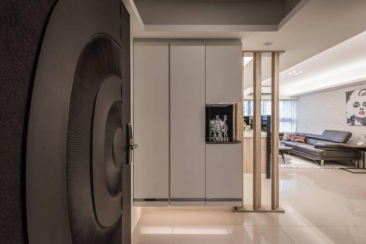 Pasillos y recibidores de estilo  por 你你空間設計