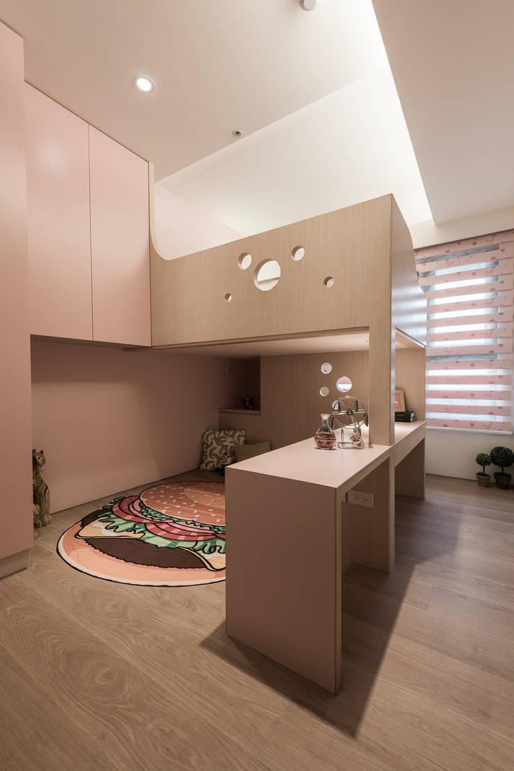 Dormitorios de estilo  por 你你空間設計