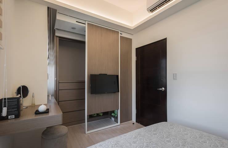 更衣間滑門:  臥室 by 你你空間設計