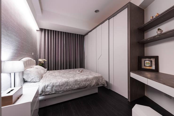 主臥房:  臥室 by 你你空間設計