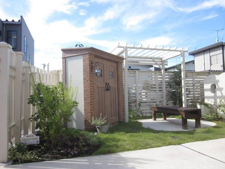 おしゃれなデザインの物置があるお庭   エクステリア&ガーデンデザイン専門店 エクステリアモミの木: エクステリアモミの木   エクステリア&ガーデンデザイン専門店が手掛けた庭です。