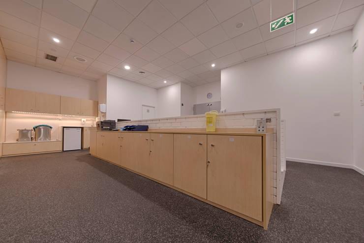 Moodular reabilita novo espaço da Fisiomanual : Corredor, hall e escadas  por MOODULAR