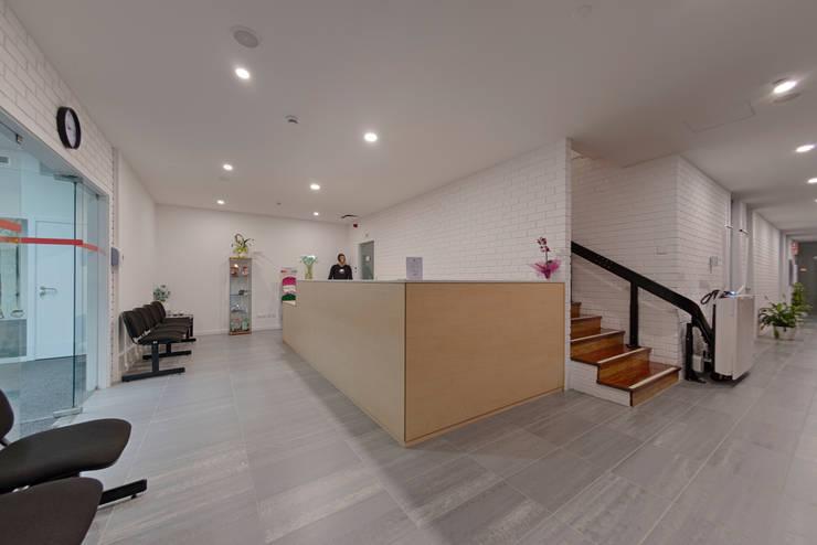 Moodular reabilita novo espaço da Fisiomanual : Corredores e halls de entrada  por MOODULAR