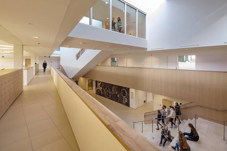 SCHOOL CAMPUS PEER, BELGIUM:  Gang en hal door Bekkering Adams architecten, Modern