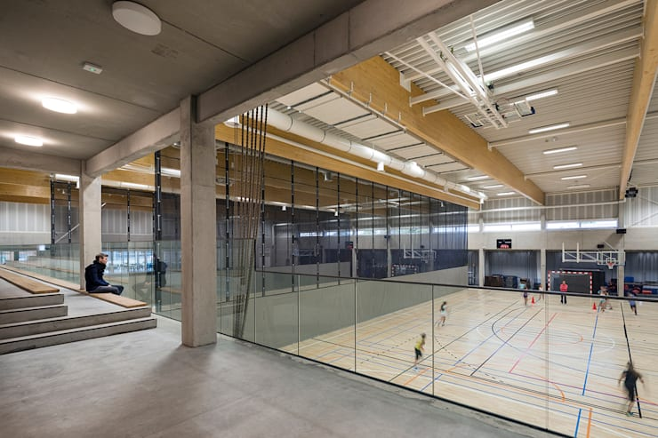 SCHOOL CAMPUS PEER, BELGIUM:  Fitnessruimte door Bekkering Adams architecten, Modern