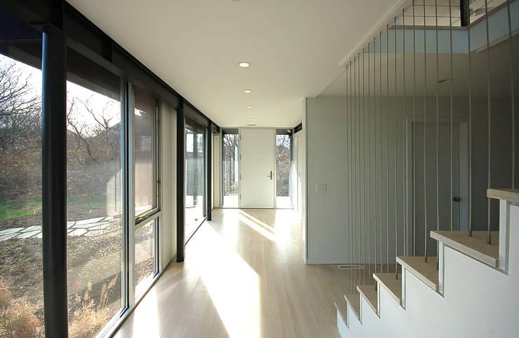 Montauk House:  Corridor & hallway by SA-DA Architecture