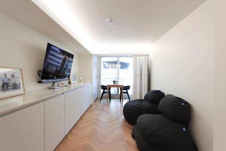 현대적인 유럽풍 느낌의 2인테리어 이사후_25py: 홍예디자인의  거실,모던