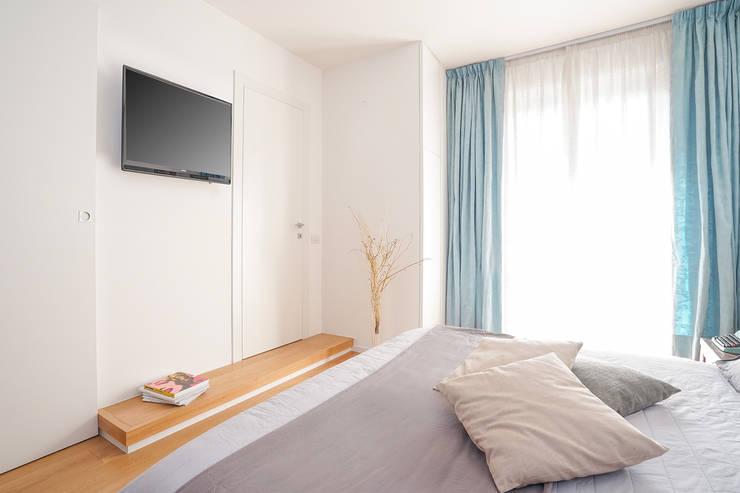 CASA S. GROSSETO: Camera da letto in stile  di OKS ARCHITETTI, Minimalista