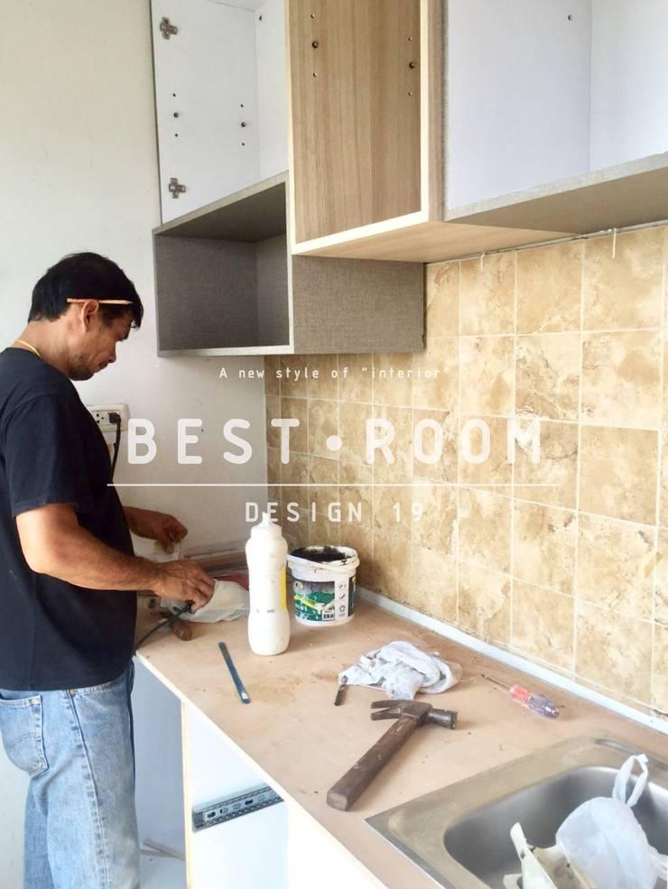 ชุดครัวไม้จริง Top หิน สไตล์โมเดิร์น:  ห้องครัว by Best Room Design 19