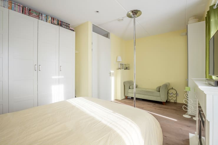 sleeping room1: modern  door juliano osmani, Modern Linnen Roze