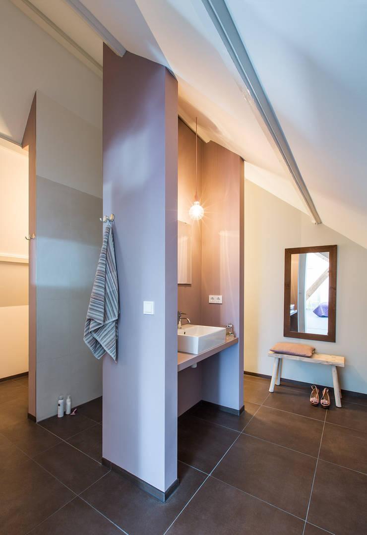Wonen in een  klaslokaal:  Badkamer door Studio RUIM, Modern