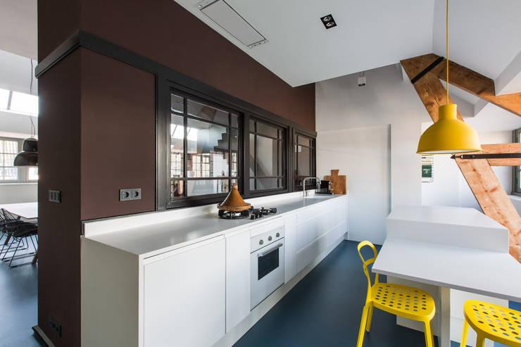 Wonen in een  klaslokaal:  Keuken door Studio RUIM, Modern