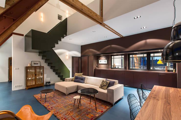 Wonen in een  klaslokaal:  Woonkamer door Studio RUIM, Modern