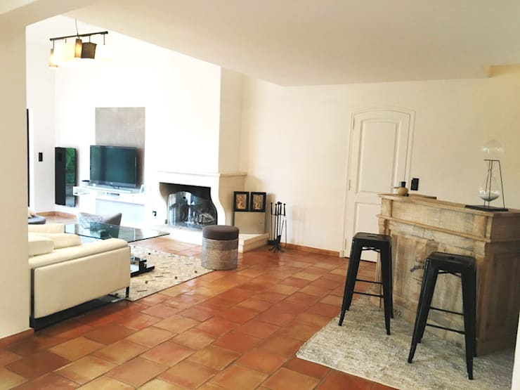 Espace bar et salon: Salon de style  par B.Inside,