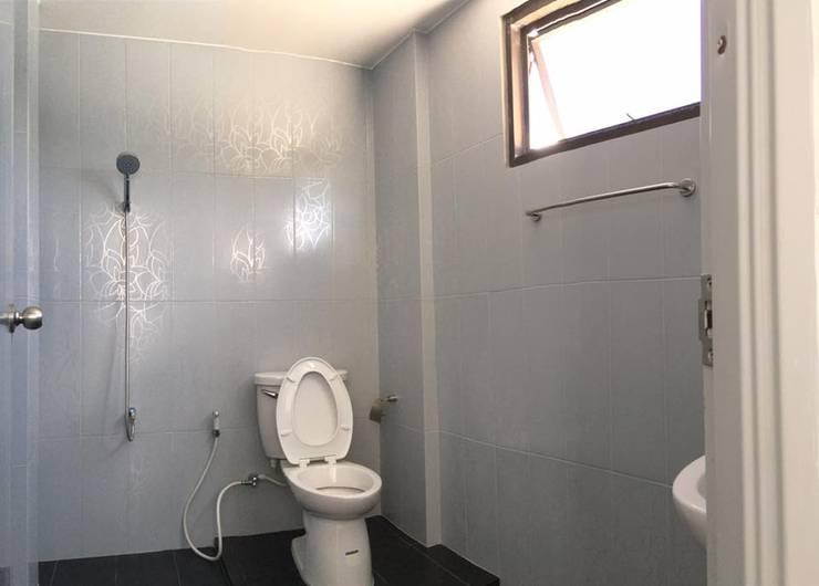 Renovate บ้านเดี่ยว 3 ชั้น:  ห้องน้ำ by สายรุ้งรีโนเวท