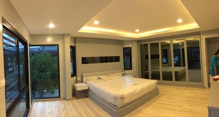 Renovate บ้านเดี่ยว 3 ชั้น:  ห้องนอน by สายรุ้งรีโนเวท