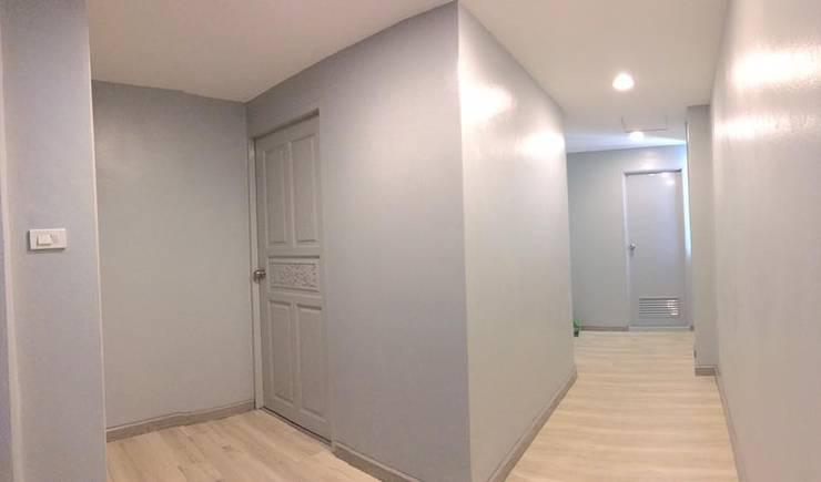 Renovate บ้านเดี่ยว 3 ชั้น:  บันได โถงทางเดิน ระเบียง by สายรุ้งรีโนเวท