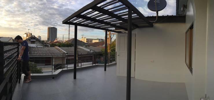 Renovate บ้านเดี่ยว 3 ชั้น:  ระเบียง นอกชาน by สายรุ้งรีโนเวท
