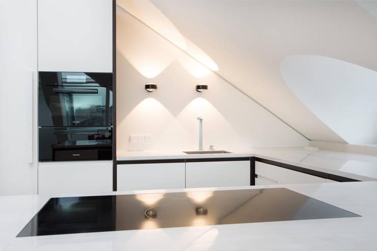 Küche im Loft: minimalistische Küche von Beilstein Innenarchitektur