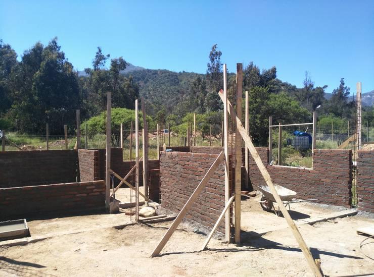 levantamiento de muros: Paredes de estilo  por Renovarq