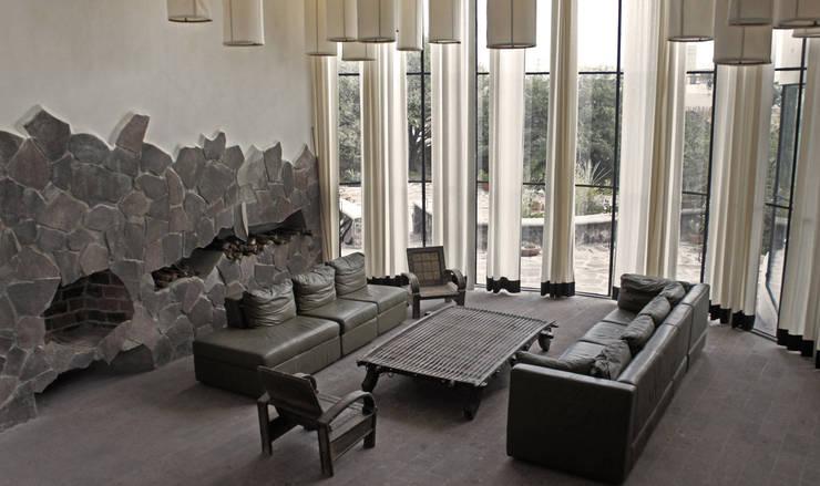 Casa de Piedra - Juan Carlos Loyo Arquitectura: Salas de estilo  por Juan Carlos Loyo Arquitectura