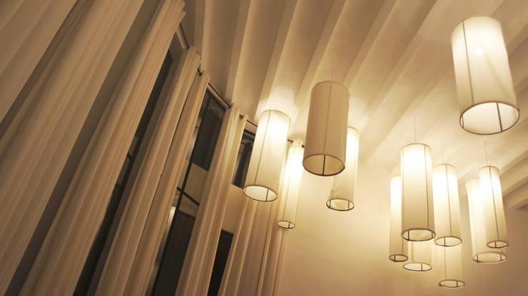 Casa de Piedra - Juan Carlos Loyo Arquitectura: Pasillos y recibidores de estilo  por Juan Carlos Loyo Arquitectura