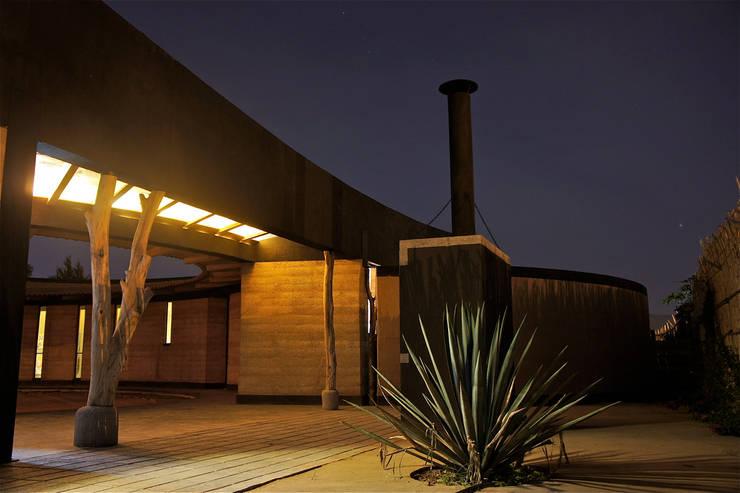 Casa Estudio Sabinos - Juan Carlos Loyo Arquitectura: Casas de estilo  por Juan Carlos Loyo Arquitectura