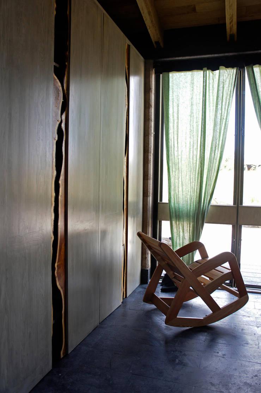 Casa Estudio Sabinos - Juan Carlos Loyo Arquitectura: Pasillos y recibidores de estilo  por Juan Carlos Loyo Arquitectura