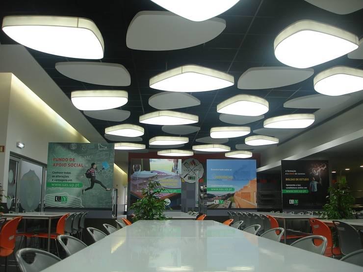 Elementos suspensos do tecto: Escolas  por Área77 - arquitectura, engenharia e design, lda