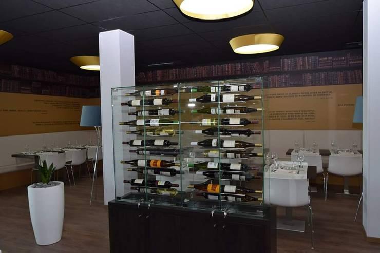 Móvel vitrine de vinhos: Bares e clubes  por Área77 - arquitectura, engenharia e design, lda