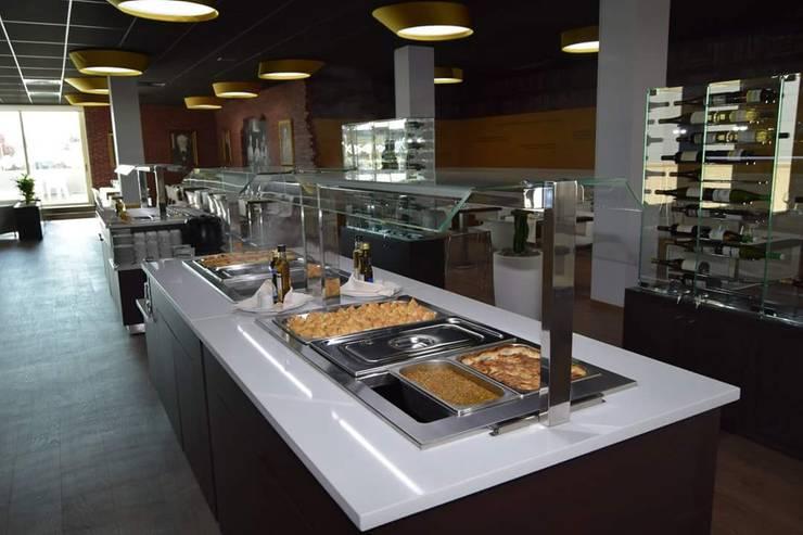 Móvel refrigerado para refeições.: Bares e clubes  por Área77 - arquitectura, engenharia e design, lda
