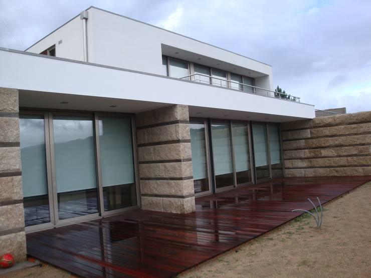 Alçado: Casas  por Área77 - arquitectura, engenharia e design, lda