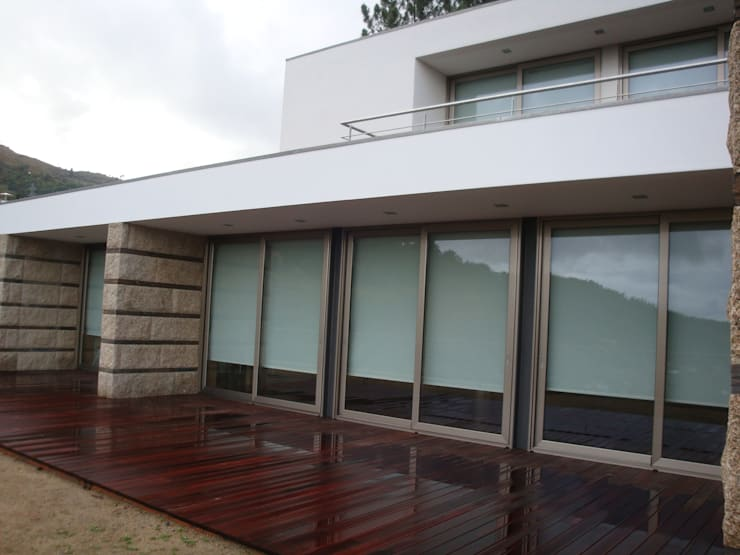 Pormenor do alçado: Casas  por Área77 - arquitectura, engenharia e design, lda