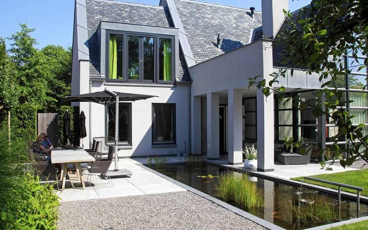 Moderne tuinarchitectuur in luxe tuin:  Tuin door Stoop Tuinen
