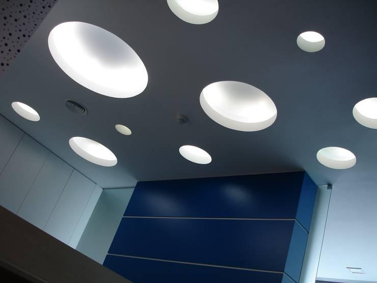 Teto da receção: Escritórios  por Área77 - arquitectura, engenharia e design, lda