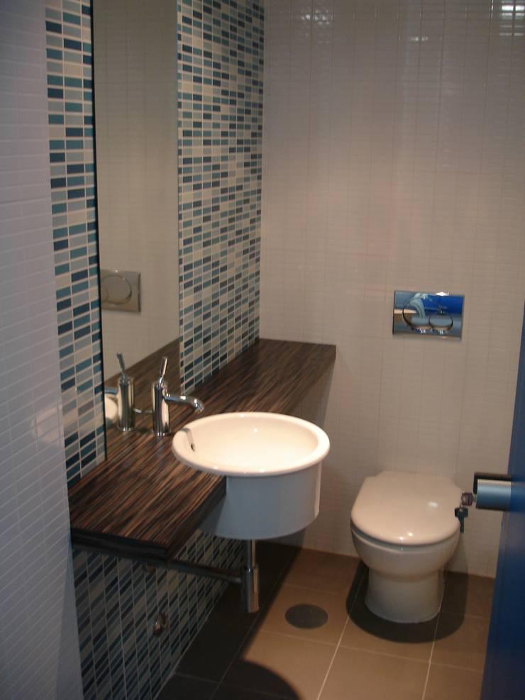 Sanitários privados: Escritórios  por Área77 - arquitectura, engenharia e design, lda