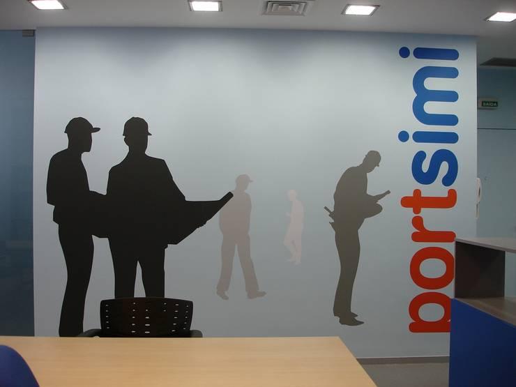 Decoração da parede: Escritórios  por Área77 - arquitectura, engenharia e design, lda
